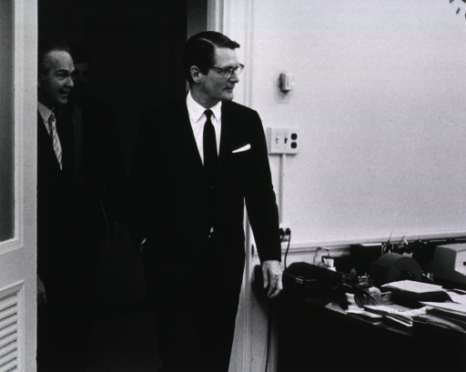 <p>Elliot Richardson makes an impromptu stop at an NIH office during his visit on March 16, 1971.</p>