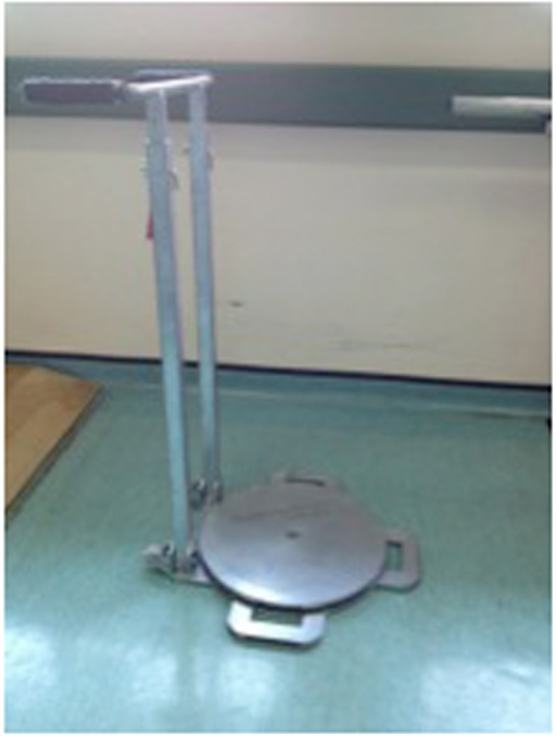 The self-standing turning transfer device. The frame is made of mild steel. The base is stabilized by the weight of the device and its two small feet. The rotating disk turns easily on the base. The handle is height adjustable.