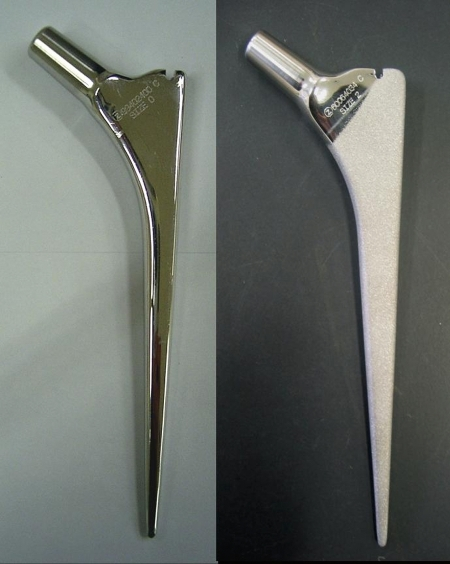 Collarless double-taper (CPT) stems. A polished stem is shown to the left and a matt-processed rough stem is shown to the right.
