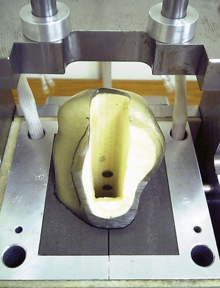 A composite femur fixed in the tester. Rods were set at the cement-bone interface.