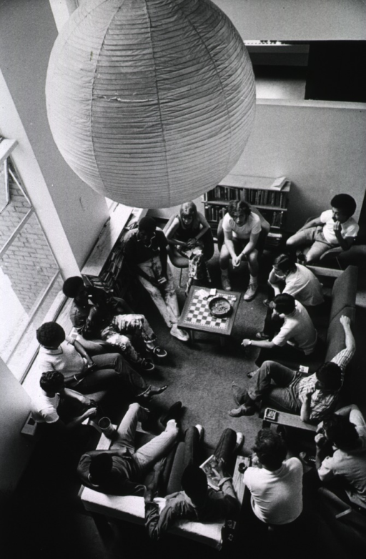 <p>Interior view of a room from above: a group of drug users are gathered for a self-help treatment session.</p>