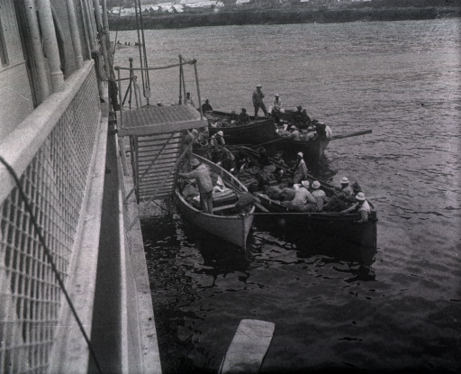 <p>Staff taking wounded from several boats.</p>