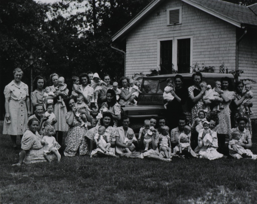 <p>Group photo of mothers and babies, 1947.</p>