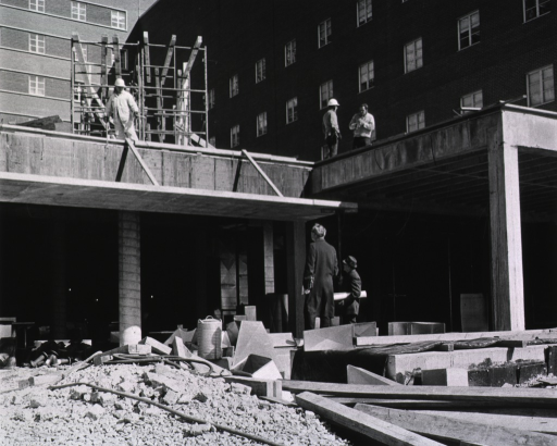 <p>Showing construction of the front entrance to the Clinical Center.</p>