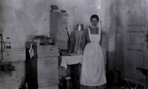 <p>A nurse stands in the surgical dressing room.</p>