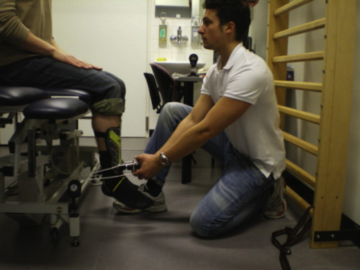 Hand Held Dynamometer For Muscle Strength : Clinical assessment of muscular isometric knee extensio