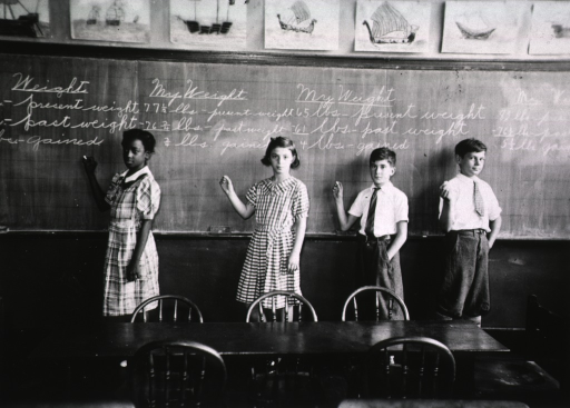 <p>At the blackboard, school children determine changes in their weight through the comparison of present and past weights.</p>