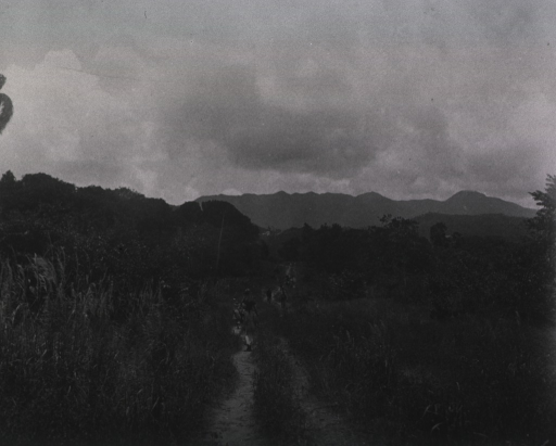 <p>View of soldiers and civilians walking along a trail from Siboney to Firmeza.</p>