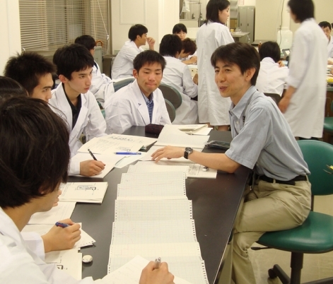 Mizushima discussing basic science with undergraduates.