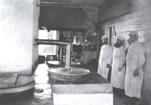 <p>Kitchen personnel in the kitchen at Military Hospital No. 1.</p>