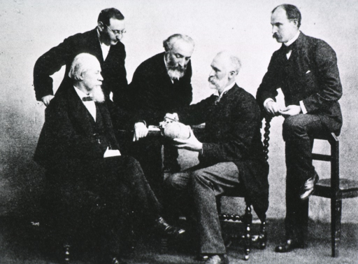 <p>William Macewen demonstrating his triangle to a group which includes Lane, Hirschfelder, Barkan, Stillman.</p>
