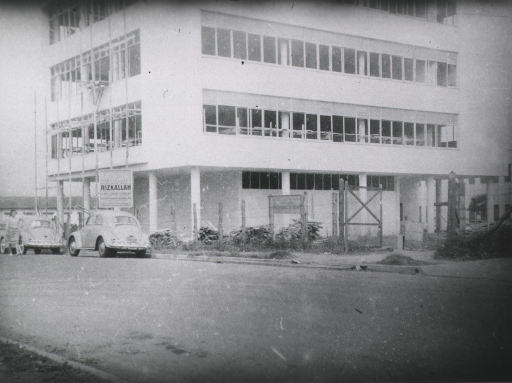 <p>Partial view of right side and street front of Paulista School of Medicine building under construction.</p>