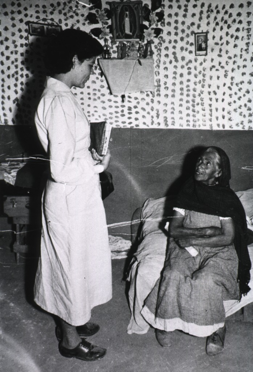 <p>Shows auxiliary talking with the midwife.</p>