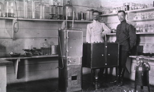 <p>Two medical personnel(?) in the bacteriological laboratory at Military Hospital No. 1.</p>