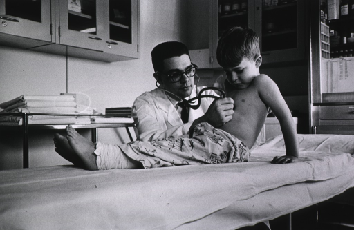 <p>Physician using stethoscope in pediatric examination.</p>
