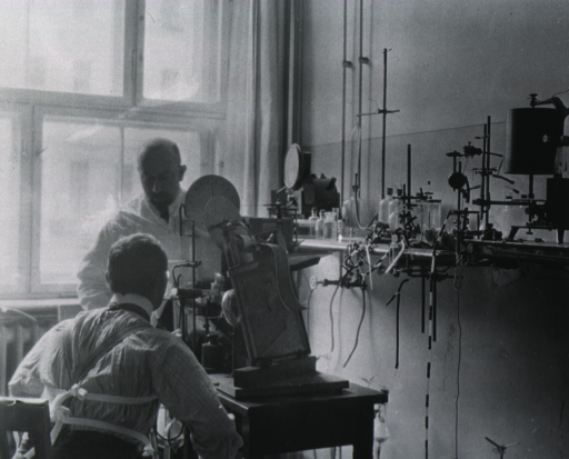 <p>Professor Franz Mueller making an experiment in Zunt's laboratory on the volume of blood in the body, using two gas meters of special construction, containing nitrogen and oxygen.</p>