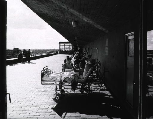 <p>Exterior view: when the weather permits patients are wheeled onto a sun deck to enjoy the benefit of fresh air and sunshine, and a view of the community surrounding the Karolinska Hospital.</p>
