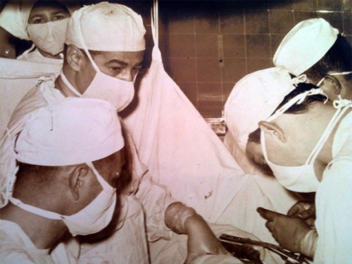 Professor San Juan in cardiac surgery at the Clinical Hospital – FMUSP.