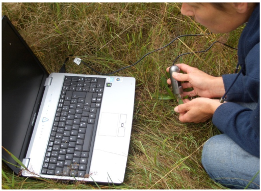 Use of the digital microscope for in situ measurement of maize pollen in the field. The microscope is powered via the USB hub, the labtop monitor serves to verify the images taken.