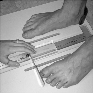 Platform used to standardize the placement of the devices and feet as well as to measure foot length by means of the ruler and a sliding bar.