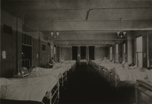 <p>Interior view: patients in beds line both sides of the room.  Faculty of the Atlanta Medical College are officially connected with the hospital.</p>