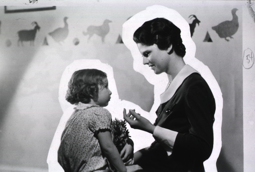 <p>View of a nurse talking to a young girl.</p>