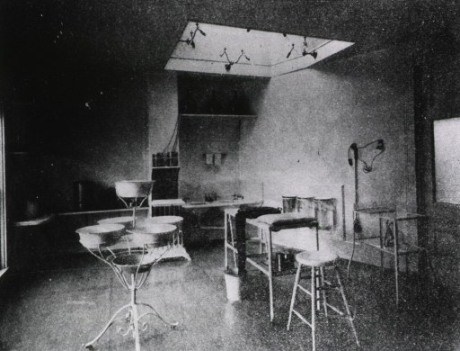 <p>Operating room of the Louisville National Medical College Hospital.</p>